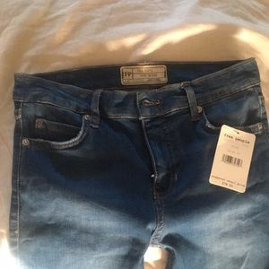 Free People Shark Bite Skinny Jeans NWT. Size 25